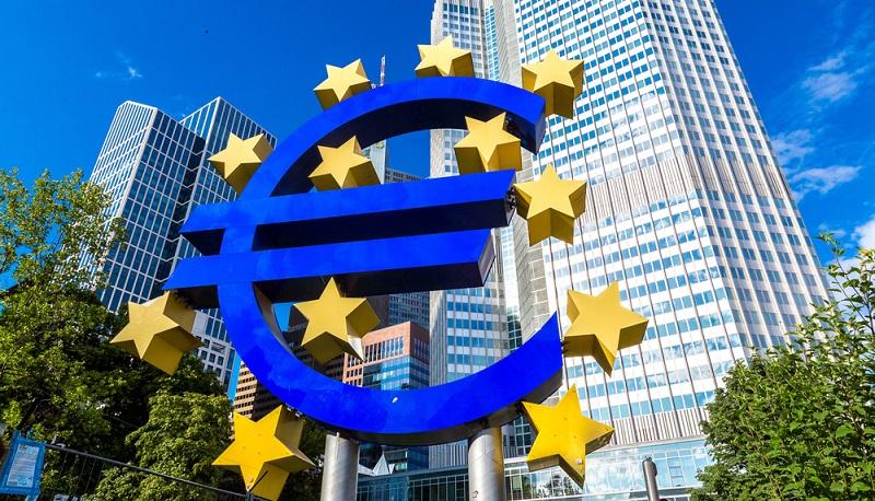 Bei uns in Deutschland ist die Europäische Zentralbank zuständig für die Festlegung der Zinssätze: Dabei handelt es sich um die Zinsen, die an die Geldgeber gezahlt werden müssen.(#01)