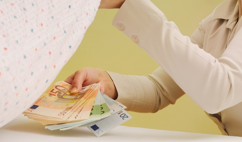 Geld unter dem Kopfkissen, auf dem Konto oder Sparbuch bringt keine Zinsen ein. Trotzdem entscheiden sich erstaunlich viele deutsche Bundesbürger dafür, mehr Bargeld in ihrer privaten Wohnung aufzubewahren.(#02)