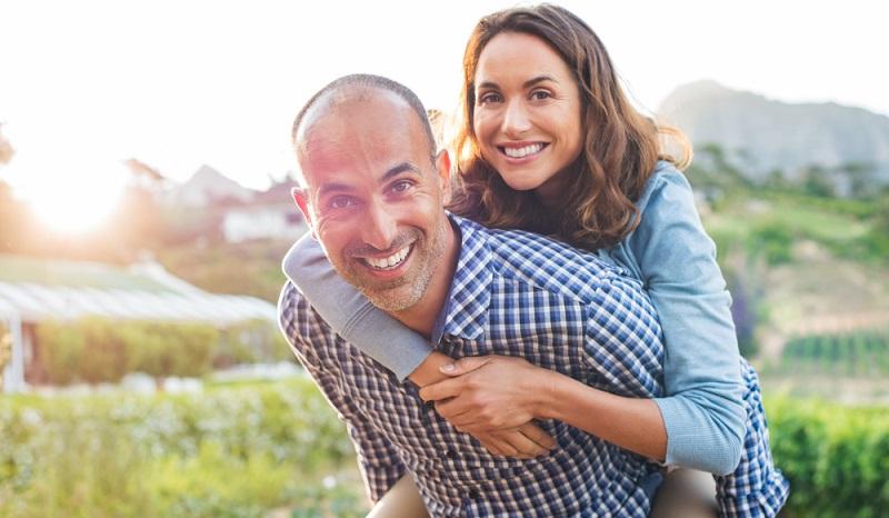 """Ehepartner, die über kein eigenes Einkommen verfügen, können einen """"Huckepack-Riester-Vertrag"""" vereinbaren.(#02)"""