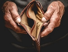 Angesicht der ständig steigenden Lebenshaltungskosten reicht das Geld für die meisten Rentner nicht. (#01)