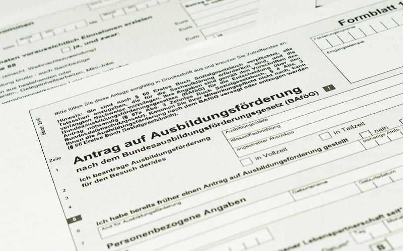 """Beantragen kann man die Zuschüsse für Auszubildende beim für den Antragsteller zuständigen <a href=""""https://www.xn--bafg-7qa.de/de/welche-ausbildung-ist-foerderungsfaehig--369.php"""">Amt für Ausbildungsförderung</a>."""