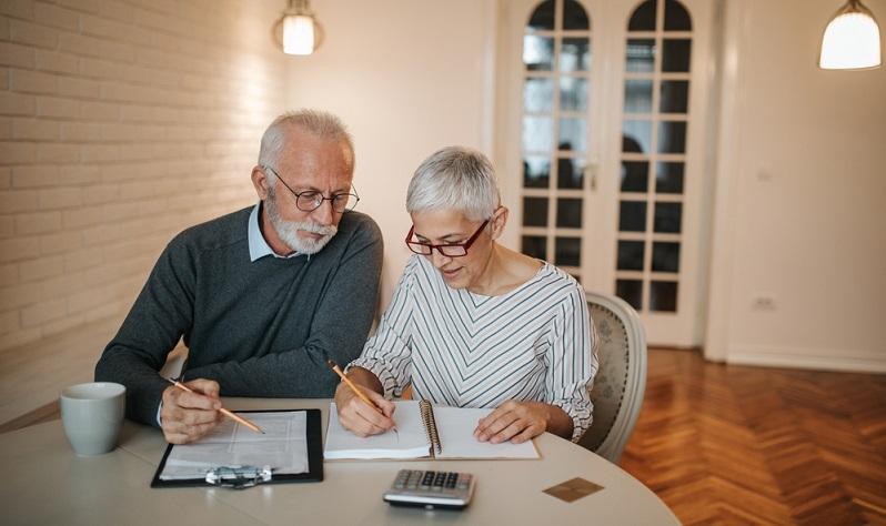 Wer ein Haushaltsbuch führt, bekommt plötzlich ein Gefühl dafür, wie das Geld so im Leben fließt.  (Foto: Shutterstock-_bbernard  )